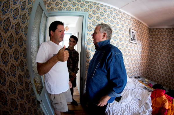 John Hemingway and his son Michael meet up with Joe Distler in his Pamplona apartment (Copyright Jim Hollander 2014)
